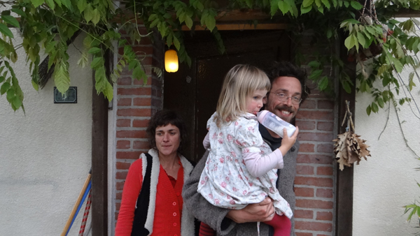 Myriam Botto, Christophe Deflorenne et leur fille Mila accueillent Ingrid Obled